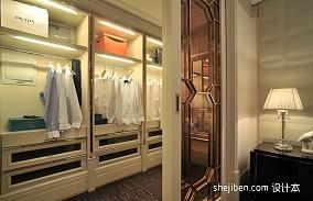 2013欧式风格别墅时尚封闭式小衣帽间推拉门木地板装修效果图片