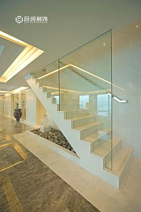 白色简约楼梯玻璃隔断效果图